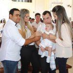 Paróquia Imaculado Coração de Maria celebra batizado de 20 crianças